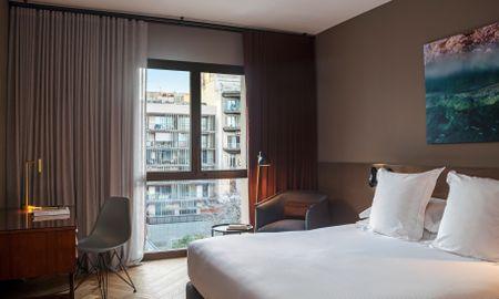 Номер Делюкс с 1 большой кроватью или 2 односпальными кроватями - Alexandra Barcelona Hotel, Curio Collection By Hilton - Barcelona