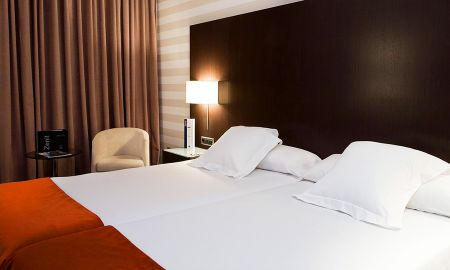 Triple Room - Two Adults + A Child - Hotel Zenit Pamplona - Pamplona
