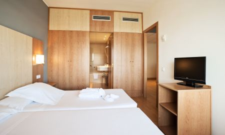 Triple Room - 2 Adults + 1 Child - Ilunion Romareda - Zaragoza
