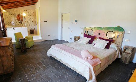 Suite Junior - RECUERDOS DE VIAJE DE JUAN TABIQUE - La Demba Art-Hotel - Huesca