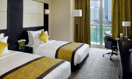 Номер представительского класса с двумя кроватями - вид на озеро - Mövenpick Hotel Jumeirah Lakes Towers - Dubai