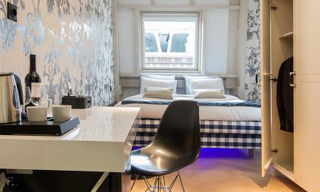Deluxe Room - Street View - Amsterdam Canal Hotel - Amsterdam