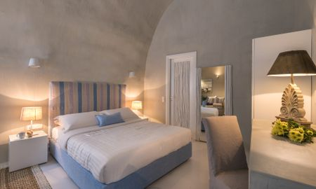 Junior suite with outdoor heated Jacuzzi - Mythical Blue Luxury Suites - Santorini