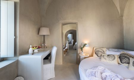 Grand Suite with outdoor heated plunge pool & Caldera View - Mythical Blue Luxury Suites - Santorini