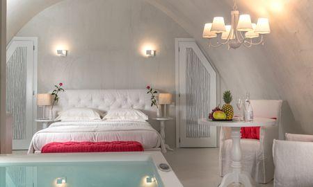 Honeymoon Suite with indoor heated Jacuzzi - Mythical Blue Luxury Suites - Santorini