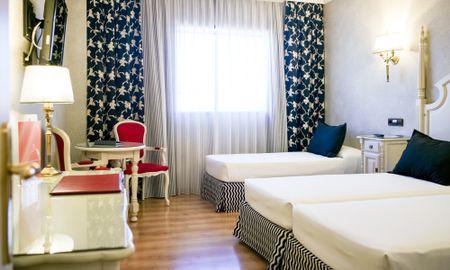 Habitación Triple con Traslado gratuito al aeropuerto - Sallés Hotel Ciutat Del Prat - Barcelona