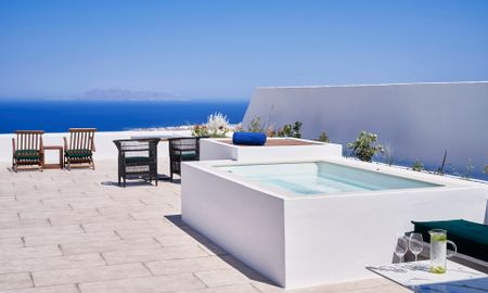 Senior Jetted Tub Suite with Sea view - Katikies Garden - Santorini