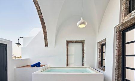 Senior Jetted Tub Suite - Katikies Garden - Santorini